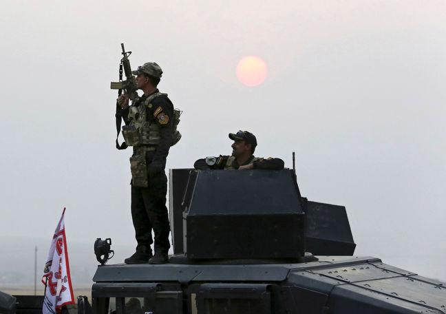 Iraqi army's elite force pauses advance near Mosul