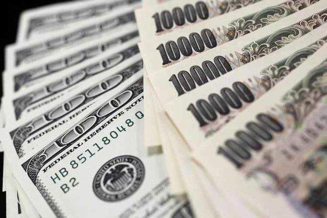 Dollar edges higher, underpinned by rise in U.S. bond yields