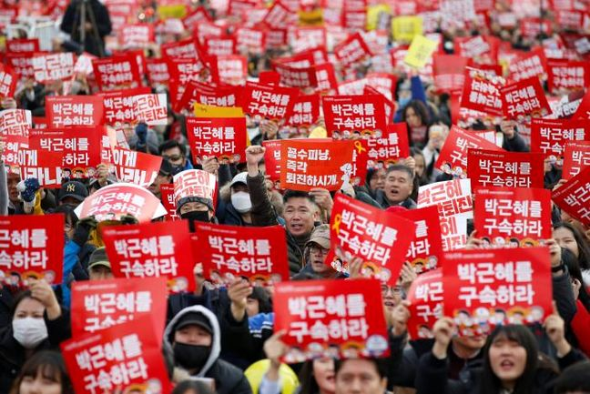 South Koreans march close to presidential Blue House demanding Park resign