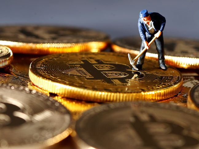 Bitcoin Trembles at $10,000 Level, Pares Gains With Rival Coins