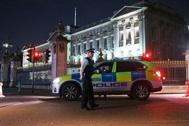 Sword-Wielding Terrorist Attacks Officers Near Buckingham Palace