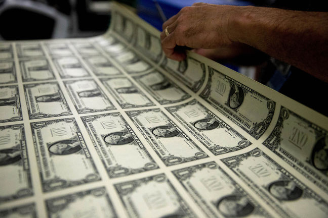 Dollar Weakens, Bonds Rally on Muted Prospects for Fed Rate Hike