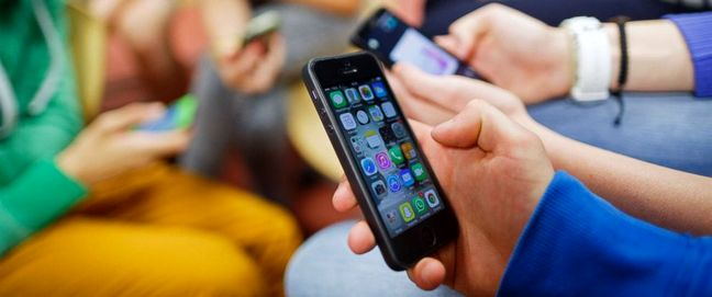 Cellphone Prices Remain High in Iran's Market